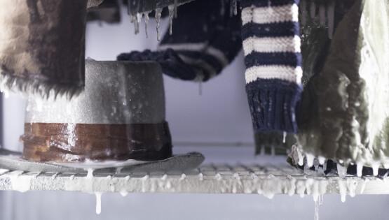 """""""Tempo Immobile"""" abiti congelati dell'artista cm. 200x140x70 (Partic.)"""